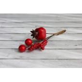 Декоративный букет с красным шиповником
